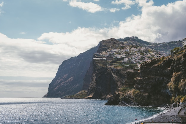 Здания в горах у моря в фуншале, мадейре, португалии. Бесплатные Фотографии
