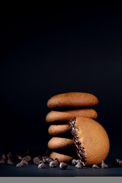 Buiscuits - стопка вкусных кремовых бисквитов с шоколадным кремом Premium Фотографии