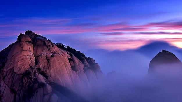 북한산은 한국 서울의 북한산 국립 공원에서 아침 안개와 일출로 덮여있다. 무료 사진