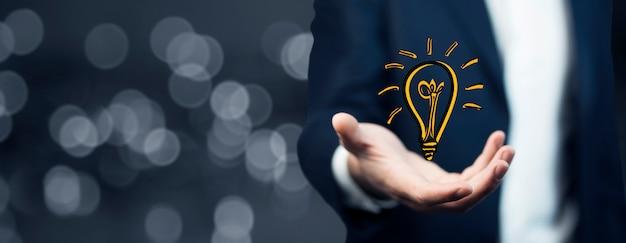 手元の電球、ビジネスアイデア、ビジネスコンセプト Premium写真
