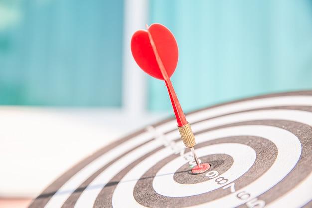 Bullseye или доска для дротиков имеет бросок стрелы дротика, попадающий в центр мишени. Premium Фотографии