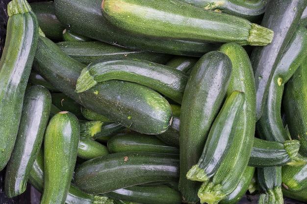 Mazzo di zucchine verdi aeree Foto Gratuite