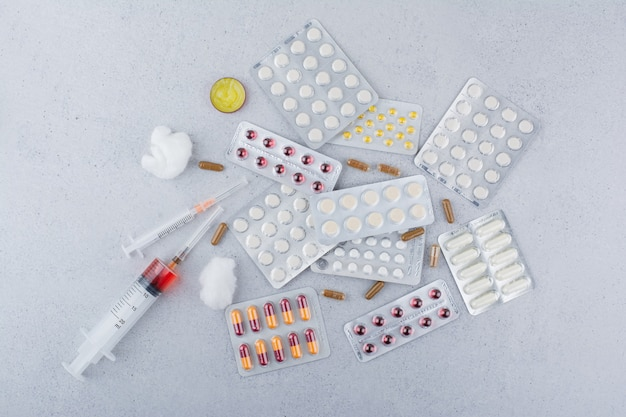 Mazzo di farmaci, pillole, capsule e siringhe. Foto Gratuite