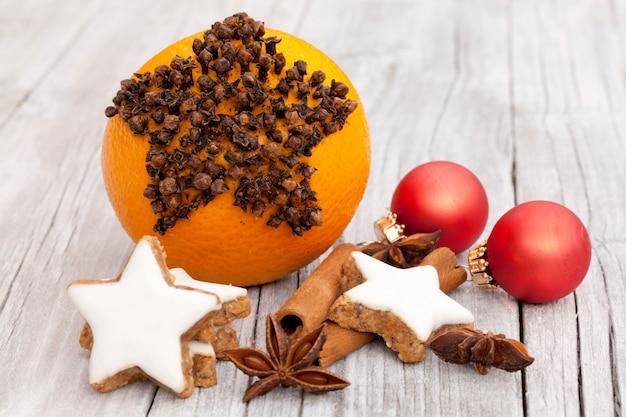 흰색 나무 테이블에 크리스마스 장식품과 진저 쿠키의 무리 무료 사진