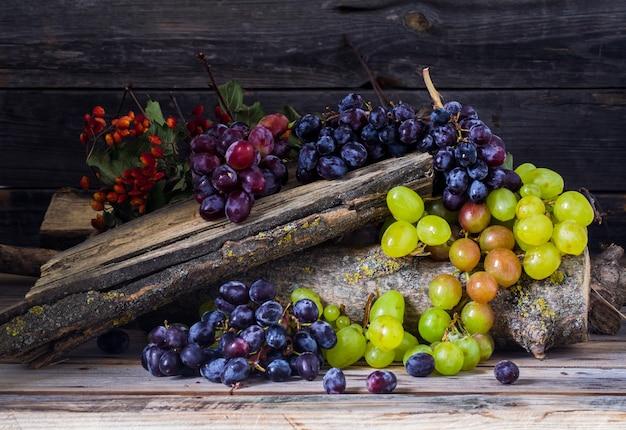 木製のテーブルの上のブドウの束 無料写真