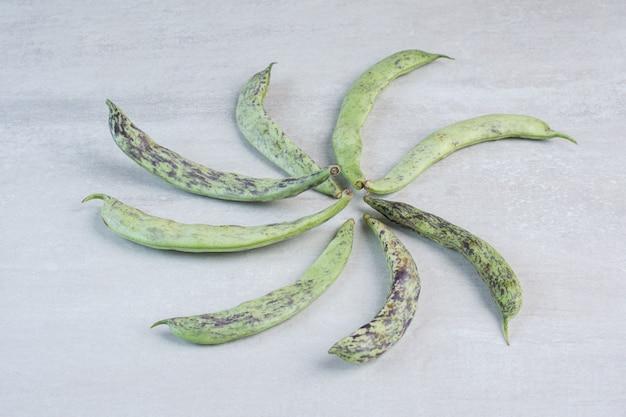 Букет из зеленой фасоли на серой поверхности. фото высокого качества Бесплатные Фотографии
