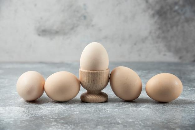 大理石のテーブルに生卵の束。 無料写真