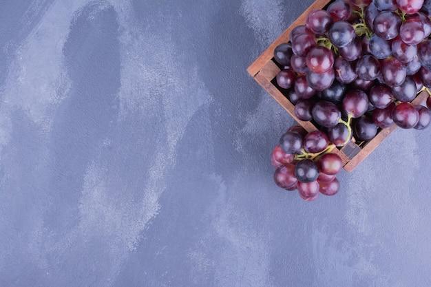 Гроздь красного винограда на блюде в деревенском стиле. Бесплатные Фотографии