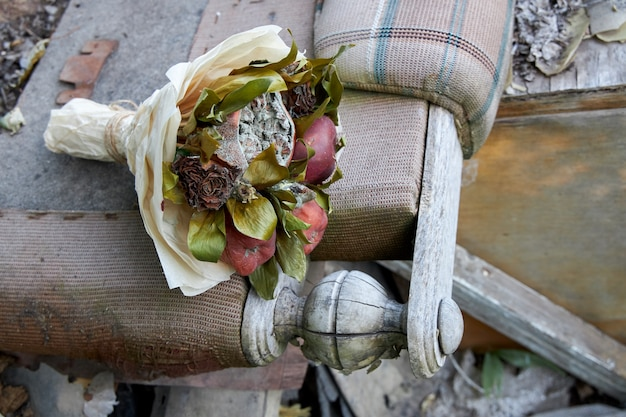 破壊された古い生活の象徴としての腐った果物としおれた花の束 Premium写真
