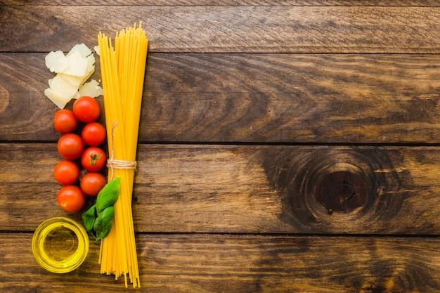 Букет спагетти и ингредиентов Бесплатные Фотографии