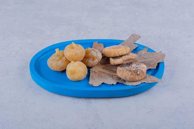 Пучок сладкого сушеного инжира на синей тарелке. Бесплатные Фотографии