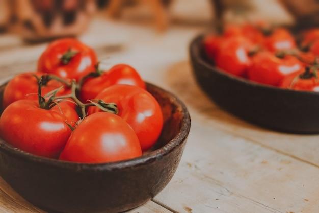 黒いボウルにトマトの束 無料写真
