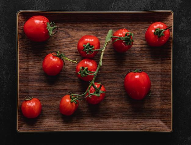 Букет из помидоров на подносе Premium Фотографии