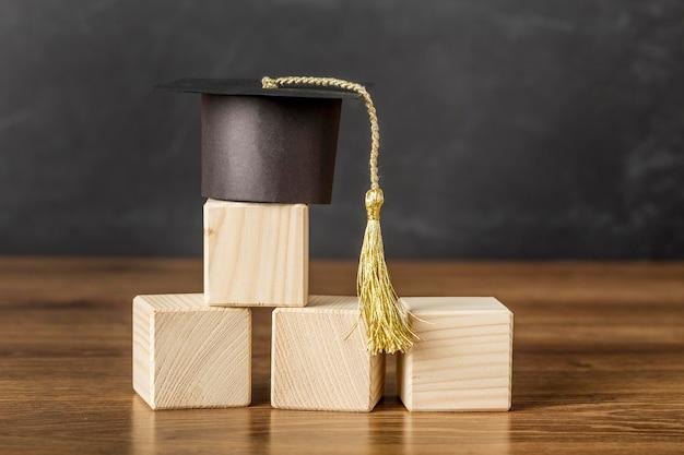 卒業帽付きの木製の立方体の束 無料写真