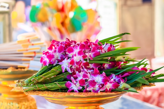 Bunch of orchid flower in the tray for offering Premium Photo