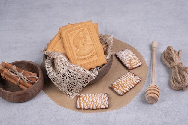 Mazzo di vari biscotti e bastoncini di cannella su sfondo grigio. foto di alta qualità Foto Gratuite