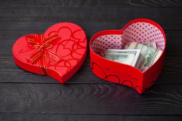 Пачка долларов в подарочной коробке Premium Фотографии
