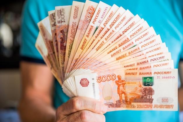 5000ルーブルの紙幣を束ねる Premium写真