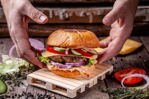 Burger is on the mini pallet. Premium Photo