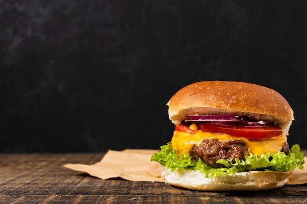 コピースペースを持つ木製テーブルのハンバーガー Premium写真