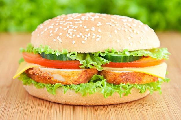 Бургер с курицей Premium Фотографии