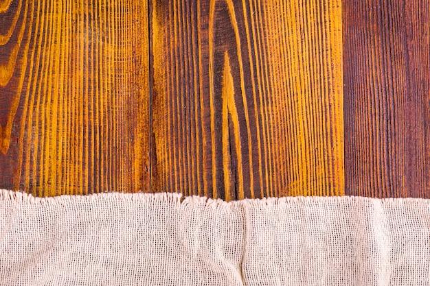 Текстура мешковины на фоне деревянный стол. Premium Фотографии