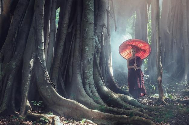 Бирманский буддийский начинающий монах в лесу   Премиум Фото