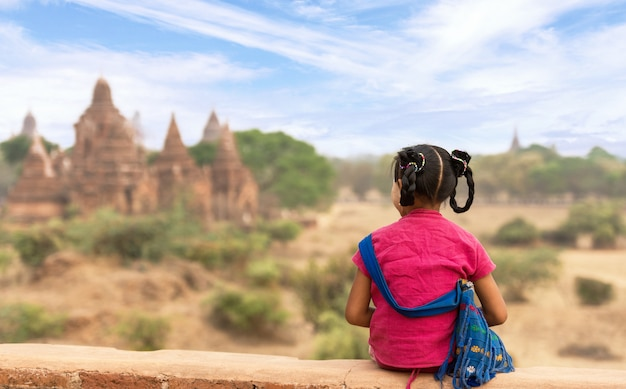 Burmese girl at old bagan, myanmar Premium Photo