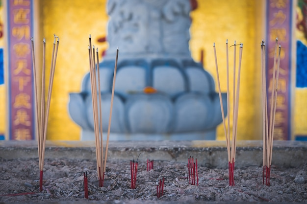 Thắp nhang khi đi lễ chùa đầu năm