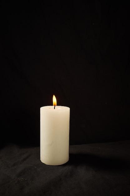 절연 검은 벽에 촛불을 굽기. 프리미엄 사진