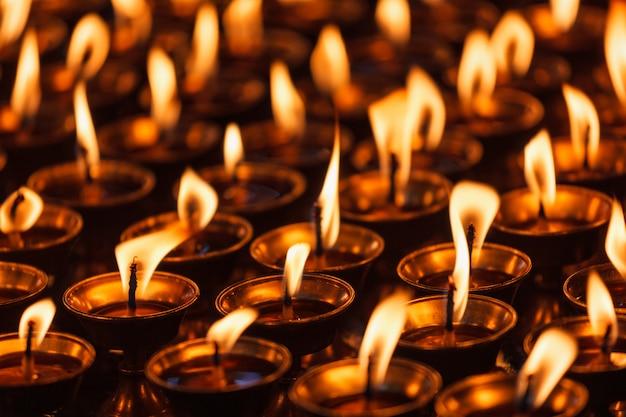 仏教寺院でろうそくを燃やす。ダラムサラ、ヒマーチャルプラデーシュ州 Premium写真