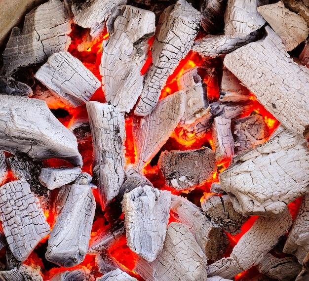 燃える炭 Premium写真