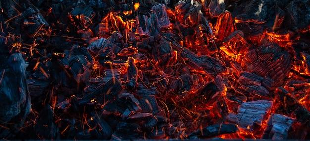 Горящие угли в темноте Premium Фотографии