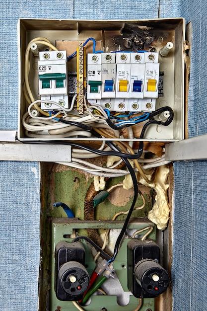 번트 퓨즈 박스. 퓨즈와 회로 차단기는 전기 시스템에 내장 된 안전 장치입니다. 프리미엄 사진