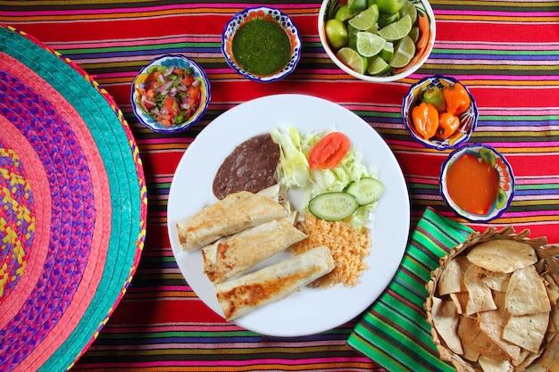 Буррито мексиканский прокат рисового салата и фрижолов Premium Фотографии