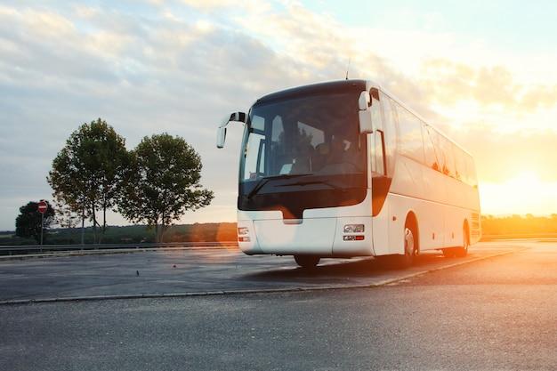 Автобус припаркован на дороге Premium Фотографии