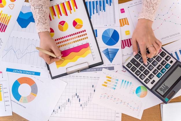 그래프, 다이어그램 및 차트를 사용한 비즈니스 분석 프리미엄 사진