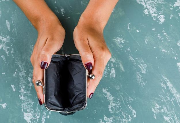 ビジネスと金融の概念。保持している女性は財布を開いた。 無料写真
