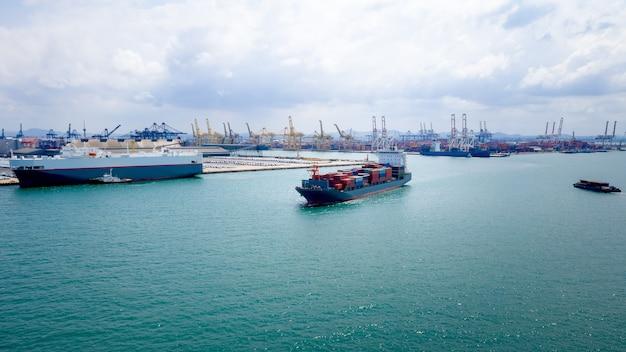Деловые и промышленные услуги отгрузка контейнеров логистика импорт и экспорт международное открытое море и судоходный порт фон Premium Фотографии