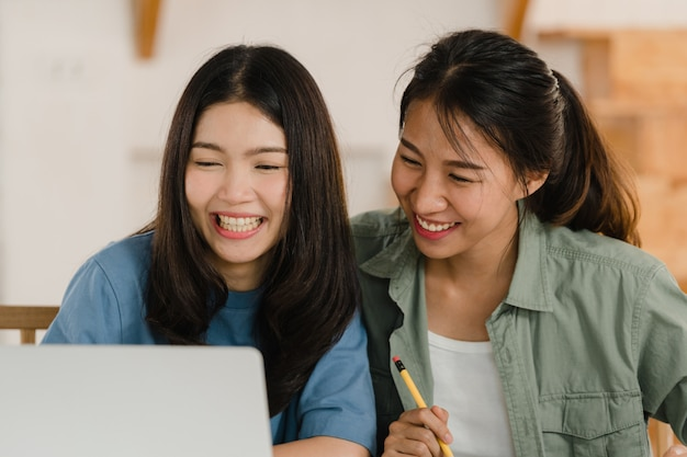 Business asian lesbian lgbtq women couple do account at home Free Photo