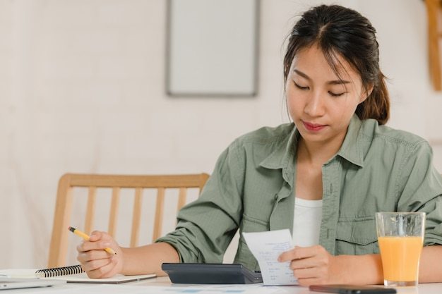 Business asian women records of income and expenses at home Free Photo
