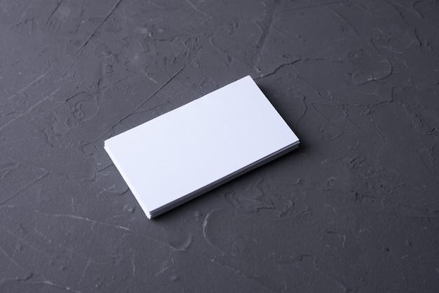 ベトンロックの背景に空白の名刺。コーポレートステーショナリー、ブランディングモックアップ。クリエイティブデザイナーデスク。フラットレイ。テキスト用のスペースをコピーします。 idのテンプレート。 Premium写真