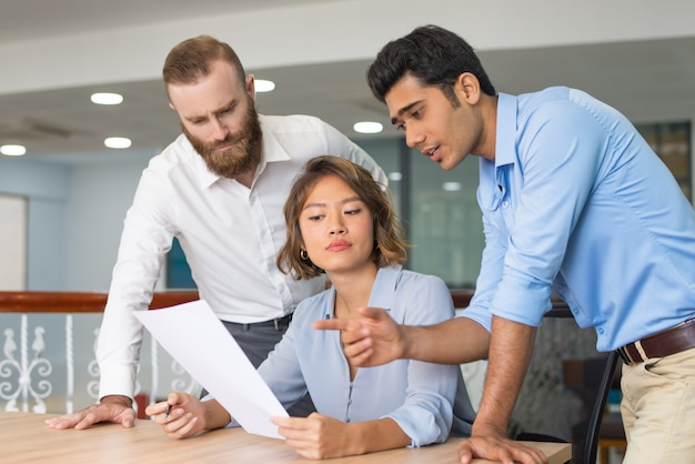 Business colleagues helping newcomer to complete job application Free Photo
