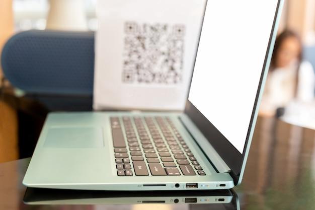 Бизнес компьютер ноутбук на стол счетчик с размытия qr-код Premium Фотографии