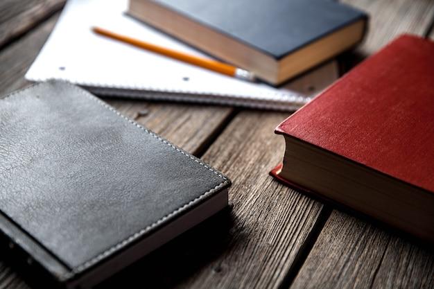 鉛筆で木製のテーブルにビジネスコンセプト、アイデア、本、練習帳 Premium写真