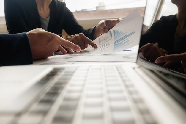 Бизнес-концепция. ряды монет для финансов и банковской концепции с деловым мужчиной и женщиной. метафора международного финансового консалтинга. Premium Фотографии