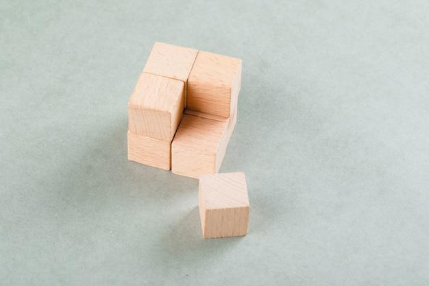 Concetto di affari con cubo di legno con un blocco vicino. Foto Gratuite