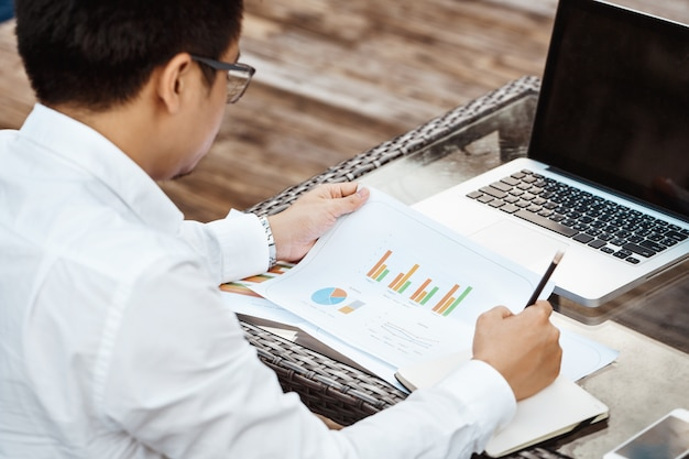 Business concept - young business man woking on financial plan. strategy analysis. Free Photo