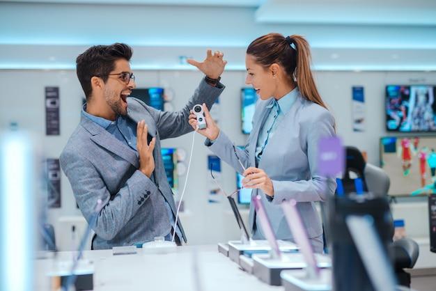 Бизнес пара в магазине технологий Premium Фотографии