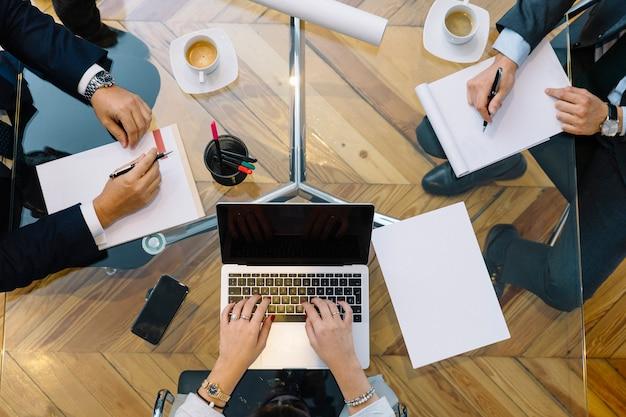 Деловые документы на офисном столе с смартфон и ноутбук Premium Фотографии